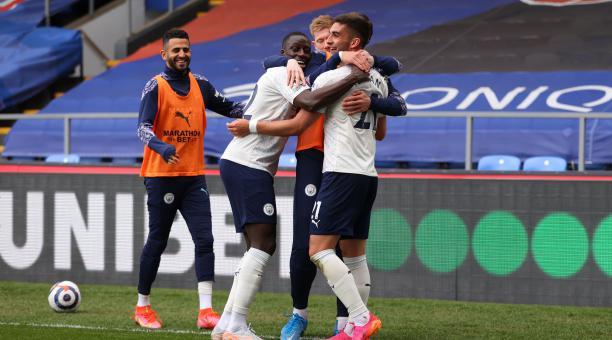 Los jugadores del Manchester City celebran uno de los dos goles con los que se impusieron al Crystal Palace. Foto: EFE