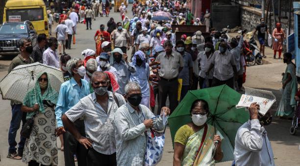 Personas esperan para recibir una inyección de la vacuna contra el covid-19 en los exteriores de un centro de vacunación en Mumbai, India. Foto: EFE