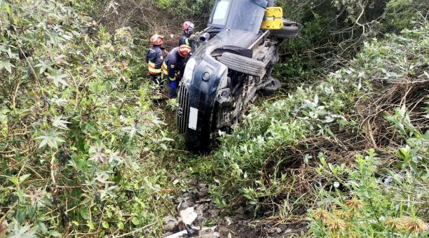 Un vehículo de color negro cayó a una quebrada en San Antonio de Pichincha este sábado 1 de mayo. Foto: Twitter Bomberos Quito