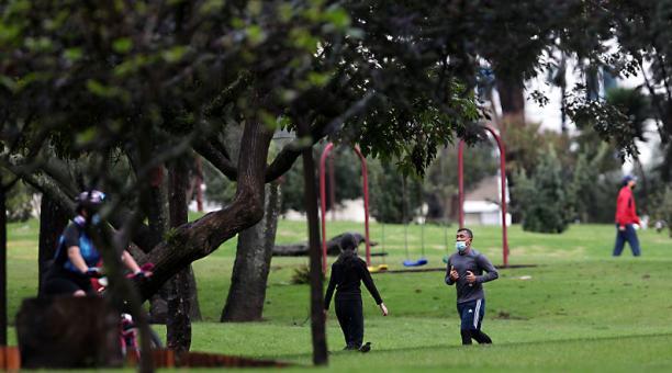 Ciudadanos realizan actividades física en parques antes del confinamiento por el covid-19 en Ecuador. Foto.: Julio Estrella / EL COMERCIO