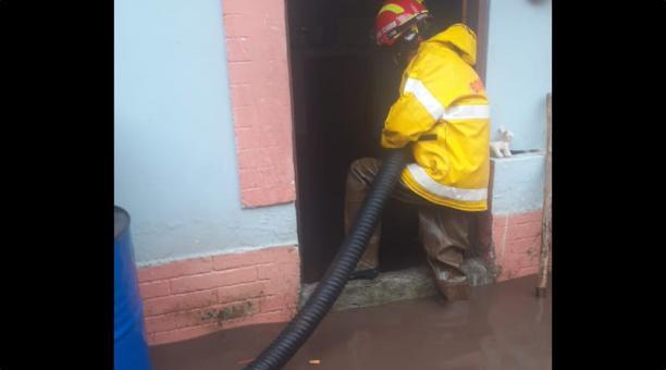 El barrio El Tejar, ubicado en el sur de Ibarra, fue uno de los sectores más afectados este 1 de mayo del 2021. Los bomberos intentaban desalojar el agua acumulados en las casas. Foto: Cortesía del Cuerpo de Bomberos de Ibarra.