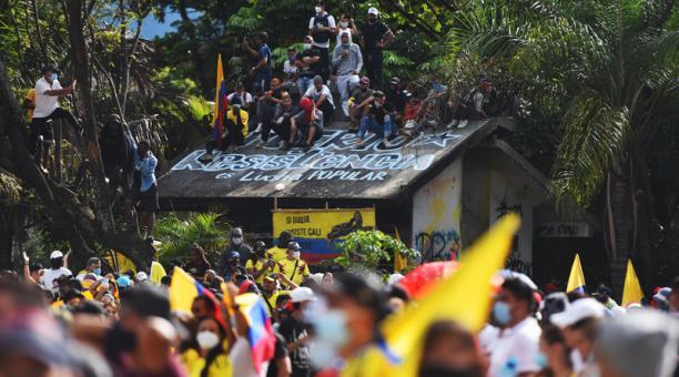 Miles de manifestantes bloquean algunas calles durante una nueva jornada de protestas contra la reforma tributaria, mientras se conmemora el Día Internacional de los Trabajadores, hoy en Cali (Colombia).