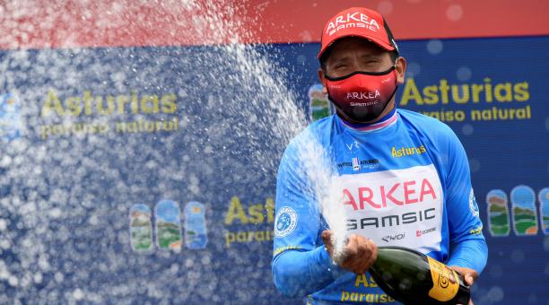El ciclista colombiano del equipo Arkea, Nairo Quintana, celebra en el podio la victoria conseguida en la Vuelta Ciclista a Astutias, tras la última etapa entre Cangas del Narcea y Oviedo con meta en el alto del Naranco. EFE