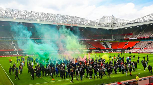 Minutos de tensión por la presencia de los hinchas en el estadio Old Trafford este domingo 2 de mayo. Tomado de la cuenta @brfootball