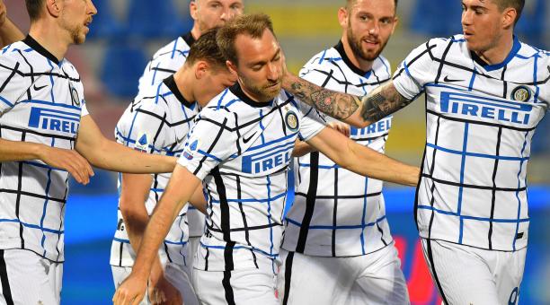Christian Eriksen del Inter (C) celebra con sus compañeros de equipo tras anotar el 1-0 durante el partido de fútbol de la Serie A italiana entre el FC Crotone y el Inter de Milán en el estadio Ezio Scida de Crotone, Italia, el 01 de mayo de 2021. (Italia