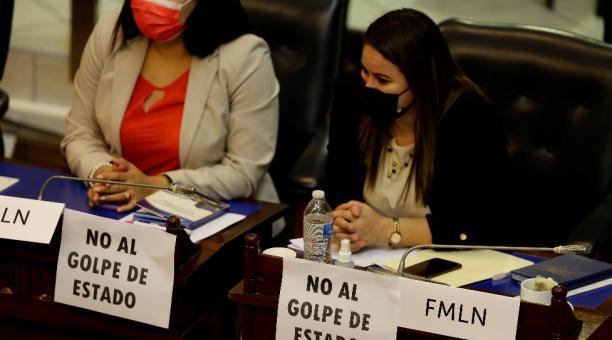 Diputadas del opositor Frente Farabundo Martí para la Liberación Nacional (FMLN) muestran carteles en protesta contra las destituciones en el Supremo de El Salvador. Foto: EFE