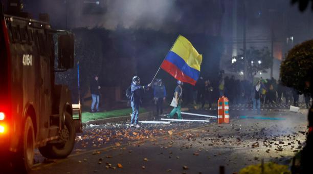 En las principales ciudades de Colombia se realizaron masivas concentraciones y marchas este sábado, 1 de mayo del 2021, para exigir al mandatario colombiano, Iván Duque, que retire el proyecto de reforma fiscal. Las protestas ocurren desde hace tres días