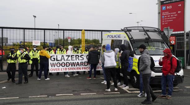 Manifestantes frente a la entrada de Old Trafford durante una protesta contra la familia Glazer antes del partido de fútbol de la Premier League inglesa entre Manchester United y Liverpool FC en Manchester, Reino Unido, 02 de mayo de 2021 (Protestas, Rein