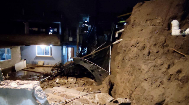 En total, 26 inmuebles resultaron afectados por las emergencias y hubo 15 familias damnificadas. En la foto, una de las viviendas afectadas en el sector de Llano Chico, noroccidente de Quito. Foto: Cortesía Cuerpo de Bomberos de Quito