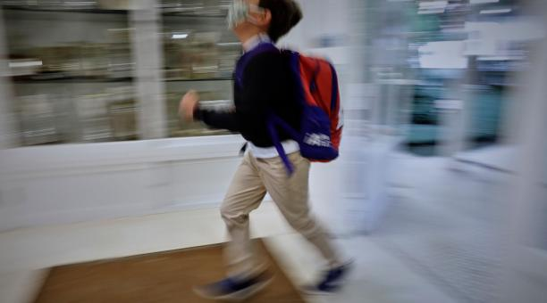 Foto referencial. Un niño en el hall del Colegio Privado Alameda de Osuna en el primer día del curso escolar 2020-2021, en Madrid (España) el pasado 7 de septiembre de 2020. Foto: Europa Press