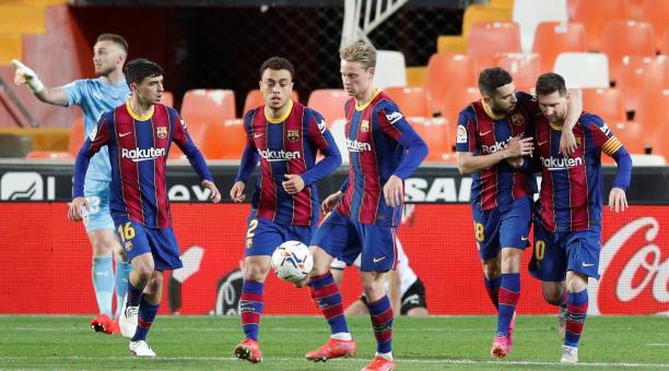 El jugador del FC Barcelona, Jordi Alba felicita a su compañero Leo Messi tras marcar el primer gol de penalti al Valencia CF durante el encuentro jugado en el estadio de Mestalla (Valencia) correspondiente a LaLiga Santander. Foto: EFE