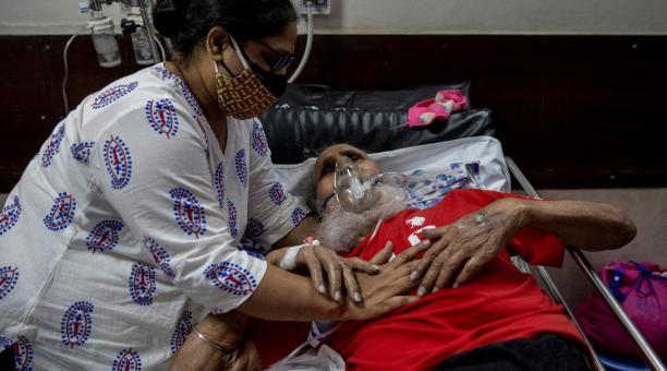 Un hombre sufriendo la enfermedad de coronavirus (covid-19) es consolado por su hija mientras recibe tratamiento en un hospital en Nueva Delhi, India, este 1 de mayo del 2021. Foto: Reuters