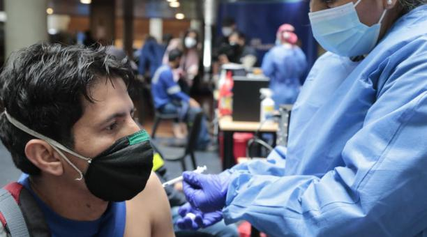 Durante la jornada de vacunación de este 2 de mayo del 2021, los empleados de Emaseo hicieron fila y poco a poco ingresaron a las instalaciones de Udla Park. Primero les tomaron signos vitales, les registraron en una base de datos y finalmente pasaron a l