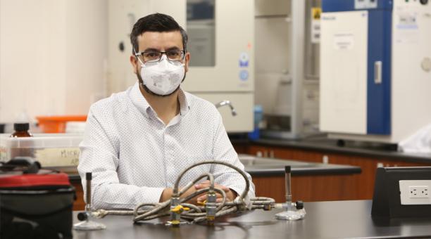 Paúl Cárdenas es investigador principal de la Universidad San Francisco de Quito. Obtuvo su título en la Universidad Central. Luego sacó una maestría en Microbiología. En Londres cursó una maestría y un PhD.