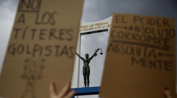 Vista del Monumento a la Constitución donde diversas organizaciones de la sociedad civil se manifiestan en contra de la destitución de magistrados de la Sala Constitucional de la Corte Suprema de Justicia, hoy en San Salvador (Salvador).