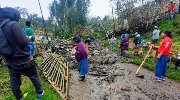 Los habitantes de La Rinconada, en Otavalo, intentaron ayudar a un vecino adulto mayor, cuya casa colapsó. Pero, al llegar al lugar descubrieron que una pared le cayó encima.