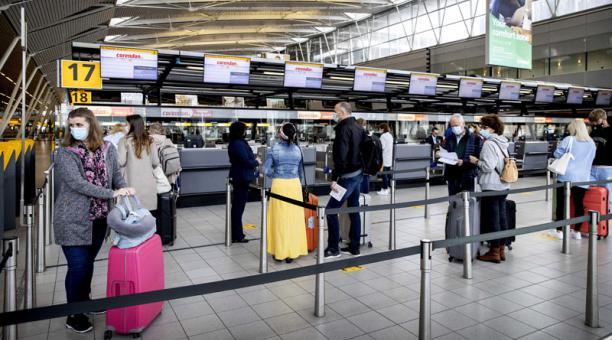 La Comisión Europea ha propuesto permitir la entrada de viajeros de otros países a la Unión en el Viejo Continente, cuando las personas hayan recibido las vacunas. Foto: EFE