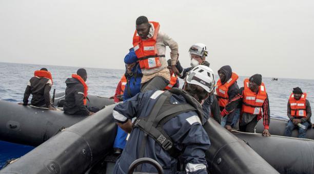 Grupos de migrantes viajan en embarcaciones precarias y arriesgan su vida para llegar desde África a Europa, a través del mar Mediterráneo. Foto: EFE