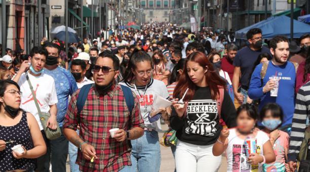 Personas caminan en las calles del Centro Histórico, con las mínimas medidas de seguridad por covid-19, en Ciudad de México (México). Las autoridades sanitarias de eses país reportaron que han registrado un caso de la nueva variante de India en su territo