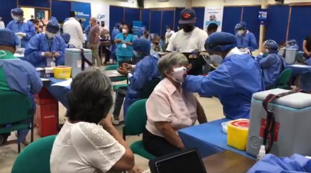 En Guayaquil han sido inmunizadas más de 33 000 personas, en 23 días. Foto: Enrique Pesantes / EL COMERCIO