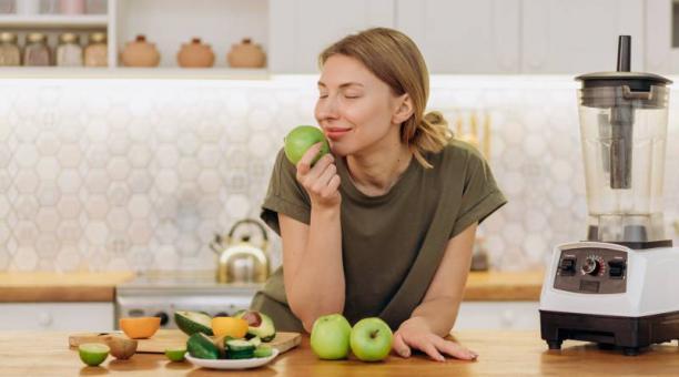 Las frutas y vegetales contienen fibra y antioxidantes. Estos últimos ayudan a regular la producción de radicales libres, responsables de la inflamación de los diferentes órganos del cuerpo. Foto: Pexels