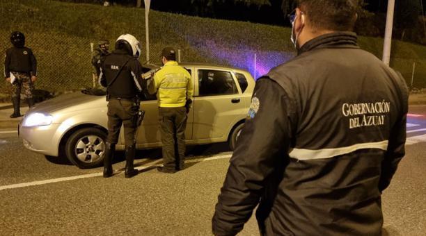 En Cuenca, anoche los uniformados se concentraron en el sector de Los Tres Puentes y de allí se distribuyeron a distintos puntos de la ciudad.  Foto: Lineida Castillo / EL COMERCIO