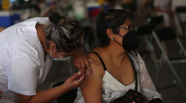 Personal de salud aplica la vacuna contra el coronavirus a personas entre 50 y 59 años, hoy en Ciudad de México (México). Foto: EFE