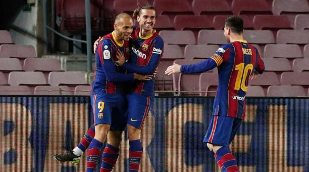 Martin Braithwaite festeja el tercer gol del FC Barcelona junto a Antoine Griezmann y Leo Messi. Foto: Reuters.