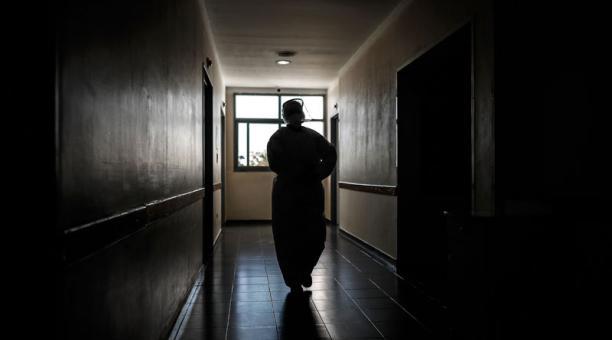 Personal médico realiza su trabajo en la Unidad de Cuidados Intensivos en una Clínica de Florencio Varela el 28 de abril de 2021 en la provincia de Buenos Aires (Argentina). Foto: EFE
