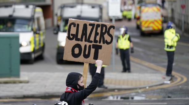Los hinchas del Manchester United provocaron la suspensión del encuentro contra el Liverpool y exigieron la salida de la familia Glazer. Foto: EFE.