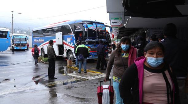 Los pasajeros de la terminal terrestre de Ambato se sorprendieron con los nuevos pasajes a los diferentes destinos. Foto: Glenda Giacometti / EL COMERCIO