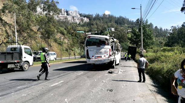 Según informaron los bomberos, el siniestro se dio a la altura de la Casa de la Selección, cerca de la vía a Nayón.