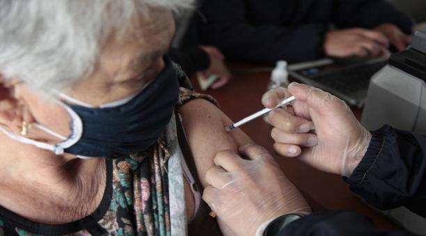 Adultos mayores reciben la vacuna contra el covid-19 en el coliseo de Yaruquí, parroquia ubicada en el extremo oriente de Quito. Foto: ARCHIVO EL COMERCIO.