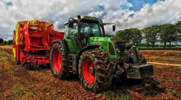 Imagen referencial. Un agricultor belga movió una piedra de 150 kilos para agrandar su terreno y pasar con su tractor. Foto: Pixabay