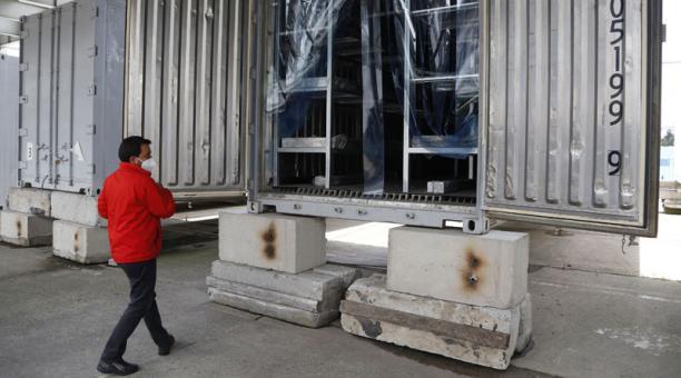 Una imagen de los contenedores ubicados en el Parque Bicentenario, en Quito, para albergar a los cuerpos de personas fallecidas por covid 19 en caso de que se produzca un incremento. Foto: Diego Pallero / EL COMERCIO