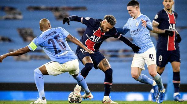 Neymar (C) en acción contra Fernandinho (L) y Phil Foden (R) del Manchester City durante la semifinal de la Liga de Campeones de la UEFA, segundo partido de fútbol entre el Manchester City y el Paris Saint-Germain en Manchester, Reino Unido, 04 de mayo de