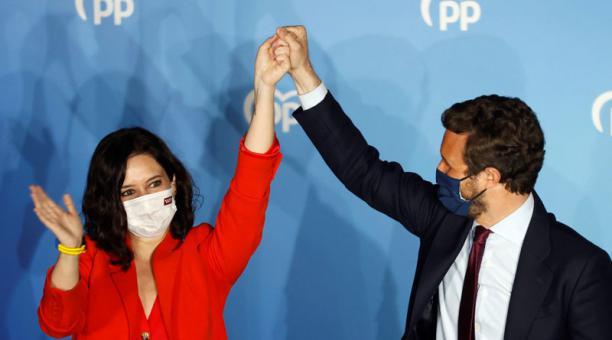 La presidenta de la Comunidad de Madrid y candidata por el Partido Popular a la reelección, Isabel Díaz Ayuso, acompañada por el presidente del partido Pablo Casado, en el balcón de la sede del partido. Foto: EFE
