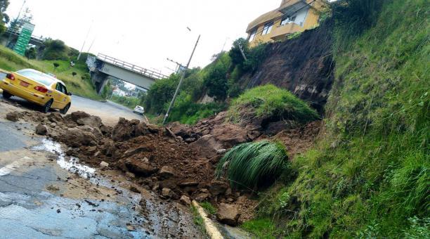 El deslizamiento, según las autoridades, se produjo por las fuertes lluvias en la capital. Foto: Twitter @ECU911