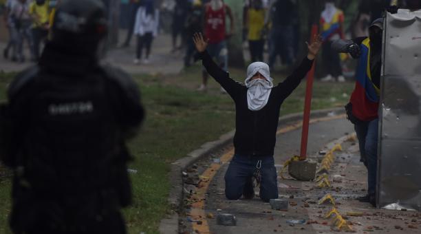 Manifestantes se enfrentaron con miembros del Escuadrón Móvil Antidisturbios (ESMAD) durante las protestas en Cali (Colombia) el lunes 3 de mayo del 2021. Foto: EFE