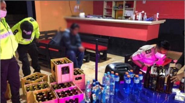 La Intendencia de Policía de Pichincha decomisó dos jabas de cerveza en el operativo del 3 de mayo de 2021. Foto: Tomada de la cuenta de Twitter @Inten_Pichincha