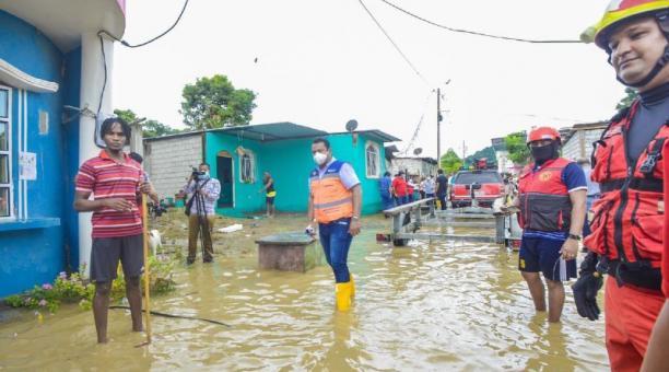 El sector 50 Casas, en el sur de la ciudad de Esmeraldas, se inundó por el desbordamiento del río Teaone. Foto. Cortesía: Gobernación de Esmeraldas