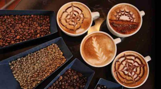 Los especialistas sugieren no exceder de dos tazas de café al día para evitar problemas. Foto: Freepik