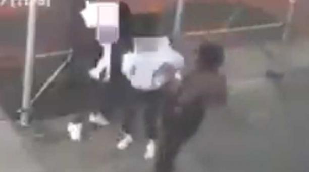 Una de las mujeres agredidas fue llevada a un hospital por una laceración en la cabeza. Foto: captura