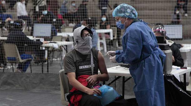 Imagen de la jornada de vacunación en el Colegio Americano de Quito, ubicado en el sector de Carcelén, el sábado 1 de mayo del 2021. Foto: Galo Paguay / EL COMERCIO