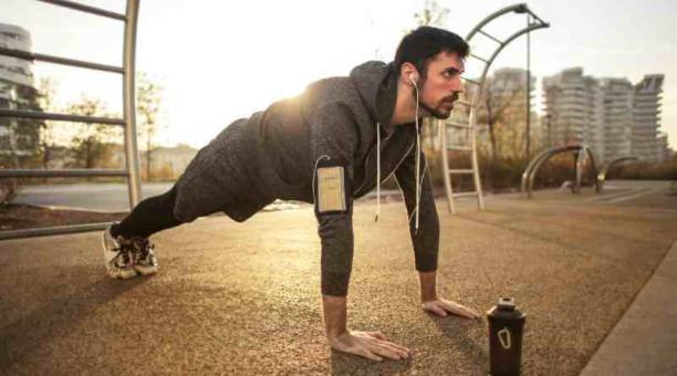 La hidratación y el ejercicio por 60 minutos son dos piezas claves para los hombres que tienen más de 40 años y quieren mantenerse sanos. Foto: Pixels