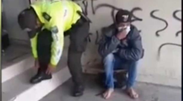 En el video del policía fue grabado por un videoaficionado a la entrada de un establecimiento comercial. Foto: captura