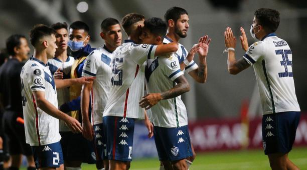 Los jugadores de Vélez Sarsfield festejan el triunfo sobre Liga de Quito, en la Copa Libertadores 2021. Foto: EFE.