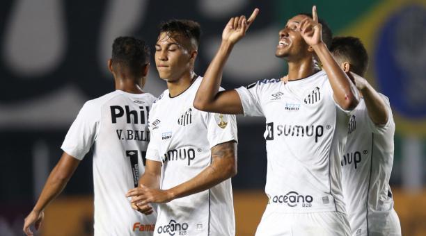 Lucas Braga (der.) festeja el cuarto tanto del Santos, en la paliza sobre el The Strongest, por la Copa Libertadores. Foto: EFE.