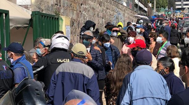 Algunos adultos mayores, que se ubican en la fila de la Naciones Unidas y Veracruz, manifiestan que tenían cita antes del mediodía y hasta las 14:35 no han logrado recibir la dosis.