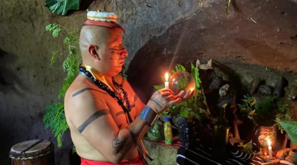 El chamán Abraham Calazacón realiza baños de vapor y rituales para fortalecer el sistema inmunológico. Foto: María Victoria Espinosa / EL COMERCIO